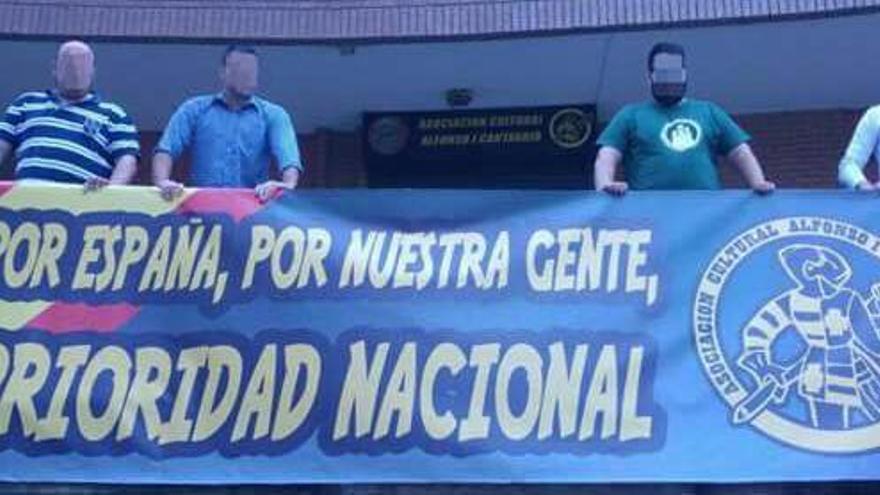 Miembros de la Asociación Alfonso I muestran una pancarta que llevan a sus manifestaciones.   Imagen difundida en la página de Facebook de Alfonso I