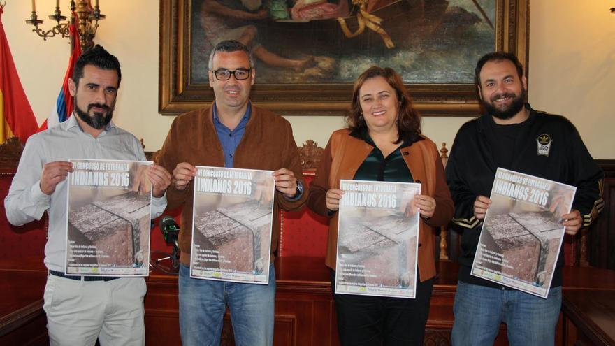De izquierda a derecha: Selu Vega, Sergio Matos, Guadalupe González y Javier Hernández, con el cartel del VI concurso de fotografía de Los Indianos, este lunes, en la presentación del certamen.