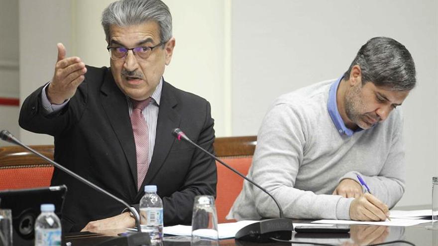 El diputado del grupo Nueva Canaria Román Rodríguez (i), interviene en la comisión de Presupuestos y Hacienda del Parlamento de Canarias, que analizó la idoneidad de los candidatos a la Audiencia de Cuentas.