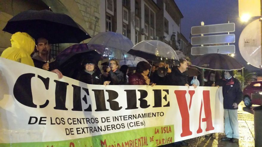 Pancarta a las puertas del CIE de Algeciras
