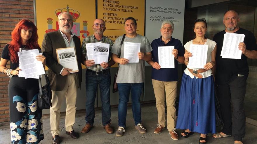 Los representantes de las plataformas muestran las firmas entregadas