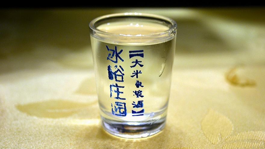 El baijiu es una fuerte bebida blanca que normalmente se fabrica a partir del sorgo o el arroz, y que fácilmente puede superar el estándar del 40% de alcohol.