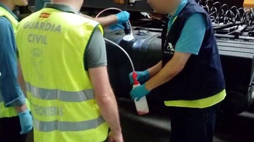 Agentes de la benemérita y de la Agencia Tributaria analizan el combustible.