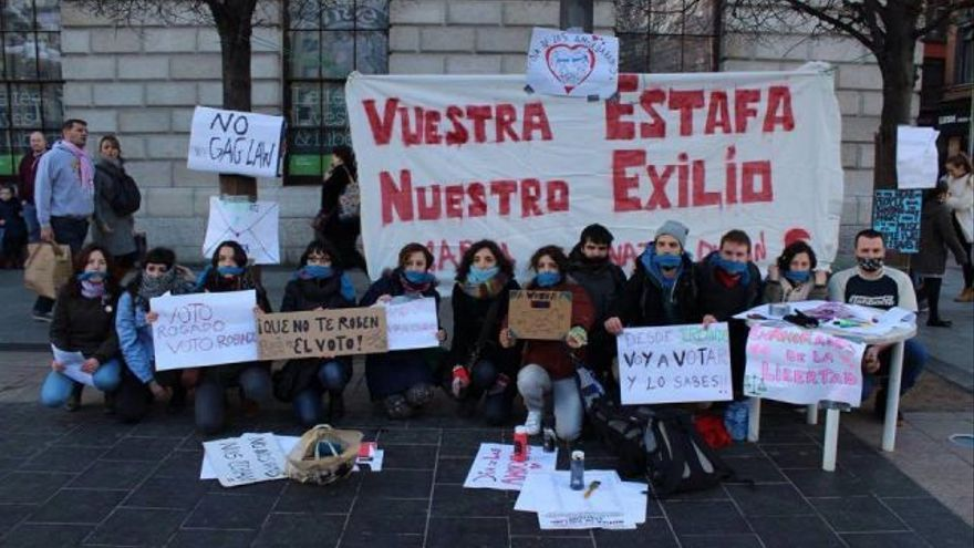Protesta de un grupo de expatriados españoles contra el voto rogado.   MAREA GRANATE