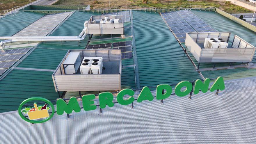 Placas solares en el tejado de una tienda de Mercadona para aprovechar todo lo posible las energías limpias.