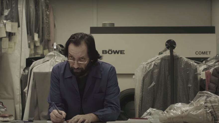 La ficticia Tintorería La Modelo, en un fotograma del vídeo de campaña
