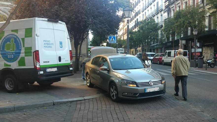 Vehículos aparcados sobre las aceras en la calle Fuencarral | SOMOS MALASAÑA