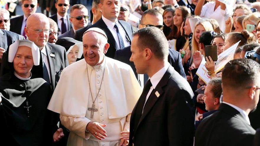 """El papa pide en Polonia una Iglesia """"abierta y tierna"""" con los débiles"""