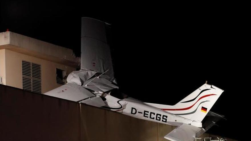Dos muertos al estrellarse una avioneta en una gasolinera de Badia del Vallès
