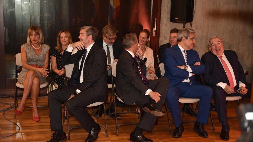 Los expresidentes Fernando Clavijo y Paulino Rivero se dan las espalda en la toma de posesión de Ángel Víctor Torres.