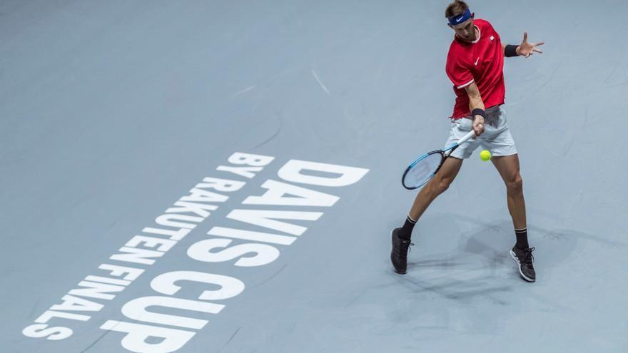 El tenista chileno Nicolás Jarry ante el alemán Philipp Kohlschreiber en el partido correspondiente a la cuarta jornada de la Copa Davis que se disputa este jueves en las instalaciones de la Caja Mágica, en Madrid