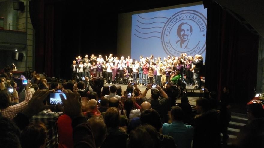 Cientos de personas se quedan fuera del primer acto de precampaña de Podemos en un teatro de Getafe