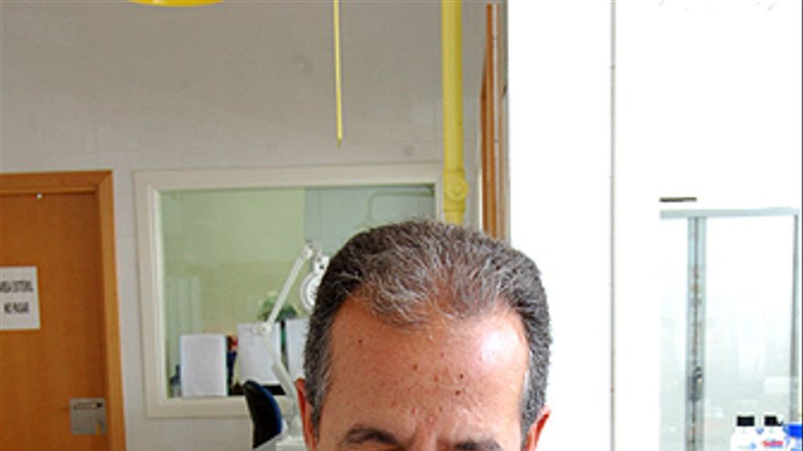José Pestano, en su laboratorio del Instituto de Medicina Legal. Cráneo con la marca de un balazo.Restos hallados en la Sima de Jinámar conservados en el Museo Canario (L.J.V.)