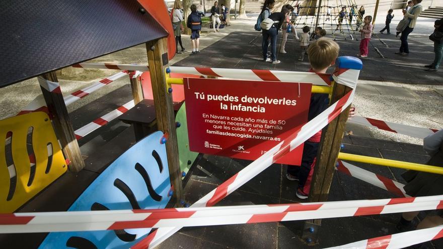 Precintados 25 parques infantiles de Pamplona para concienciar sobre el acogimiento familiar