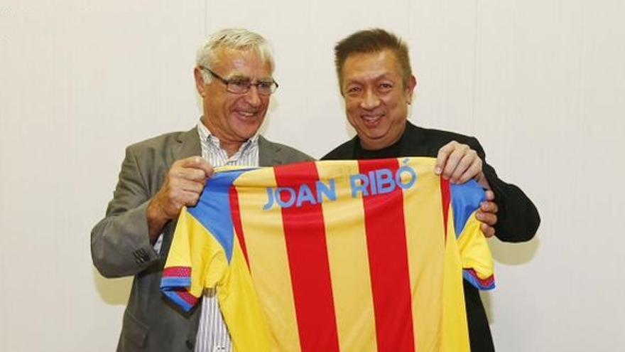 Ribó recibió el regalo de una camiseta del Valencia CF