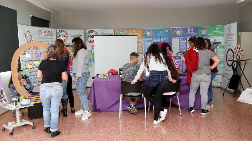 Alumnado del ciclo de Igualdad de Género del ciclo IES Lila elaborando talleres para el 25N
