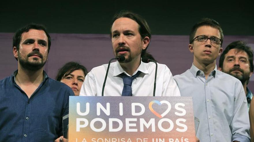 Pablo Iglesias, secundado por Alberto Garzón e Íñigo Errejón en la noche electoral.