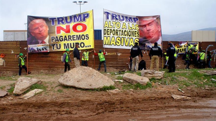 Trump escenifica en la frontera con México su visión y preferencias para el muro
