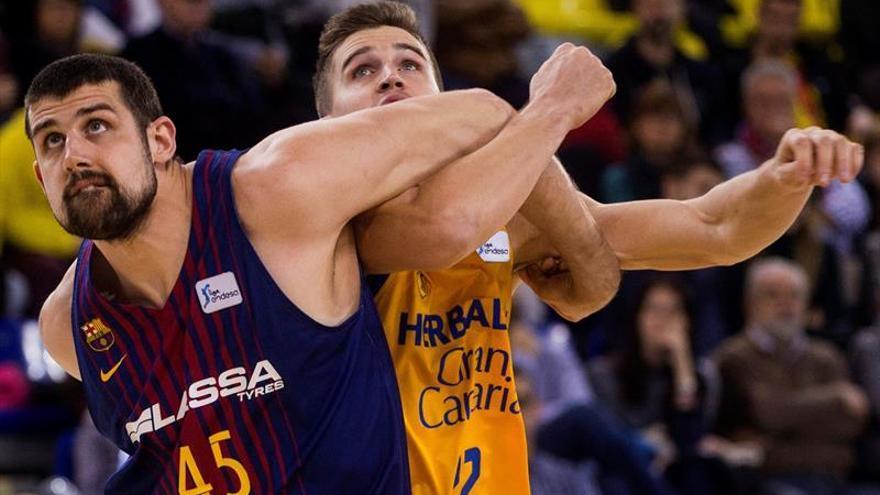 El ala-pívot de Barcelona Adrien Moerman (i) lucha un balón con el alero del Herbalife Xavi Rabaseda (d).