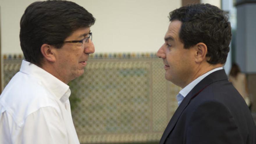 Juan Marín, portavoz de Cs, conversa con el presidente del PP-A, Juanma Moreno.