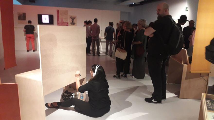 Una de las artistas realizando su obra frente al público