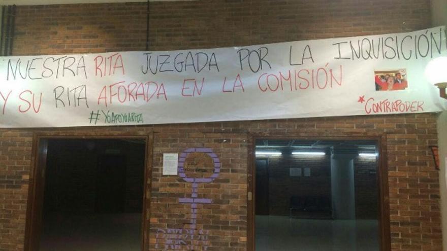 Pancarta en colgada en la Facultad de Ciencias Políticas y Sociología el día del juicio.
