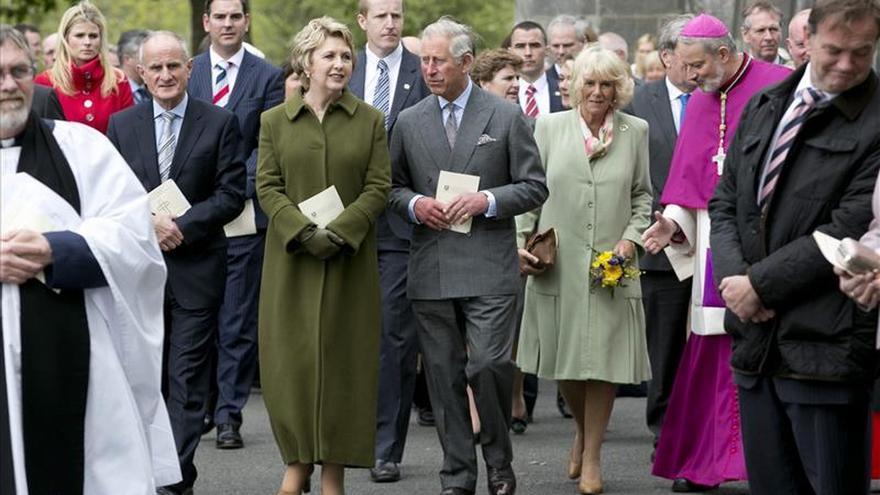 Carlos de Inglaterra visita el lugar del asesinato de su tío abuelo por el IRA