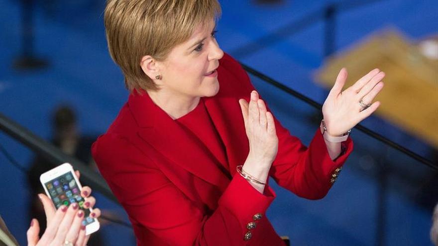Sturgeon pide a May que asegure un lugar para Escocia en la Unión Europea