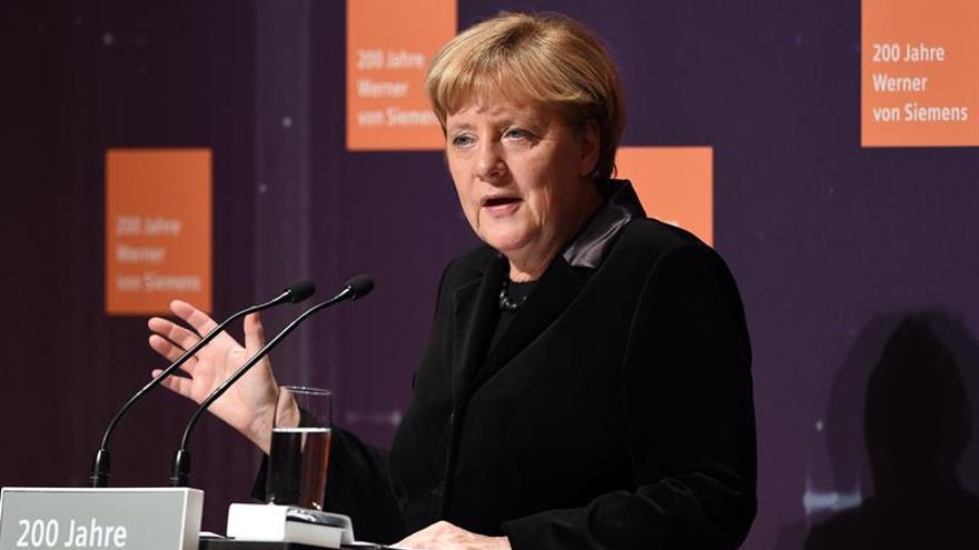 Merkel lamenta el resultado del referéndum italiano pero dice que hay que respetarlo
