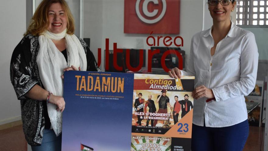 La concejal de Cultura del Ayuntamiento de Los Llanos de Aridane, Charo González, junto a María Eugenia Álvarez, miembro de la directiva de laAsociación Canaria de Amistad con el Pueblo Saharaui.