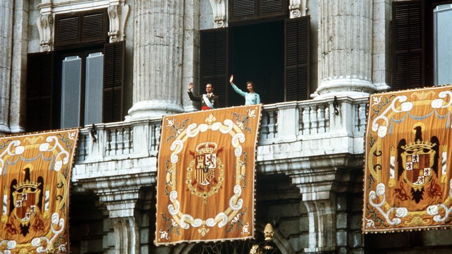 MADRID, 27-11-1975.- SS.MM. LOS REYES JUAN CARLOS Y SOFIA, ACLAMADOS EN LA PLAZA DE ORIENTE. EFE