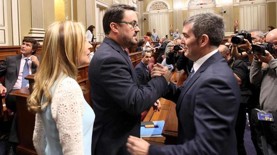 El presidente del Gobierno de Canarias, Fernando Clavijo (d), saluda al presidente y a la portavoz del grupo Popular, Asier Antona y María Australia Navarro,
