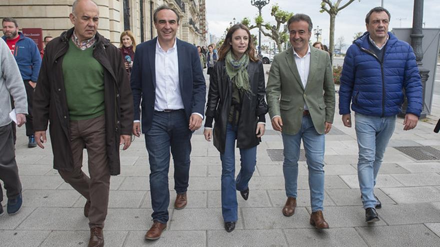 Movellán junto a Andrea Levy haciendo campaña por Santander sin la presencia de Buruaga. | PP