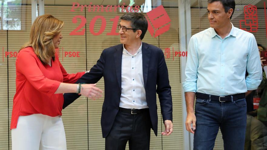 Susana Díaz saluda a Patxi López, junto a Pedro Sánchez
