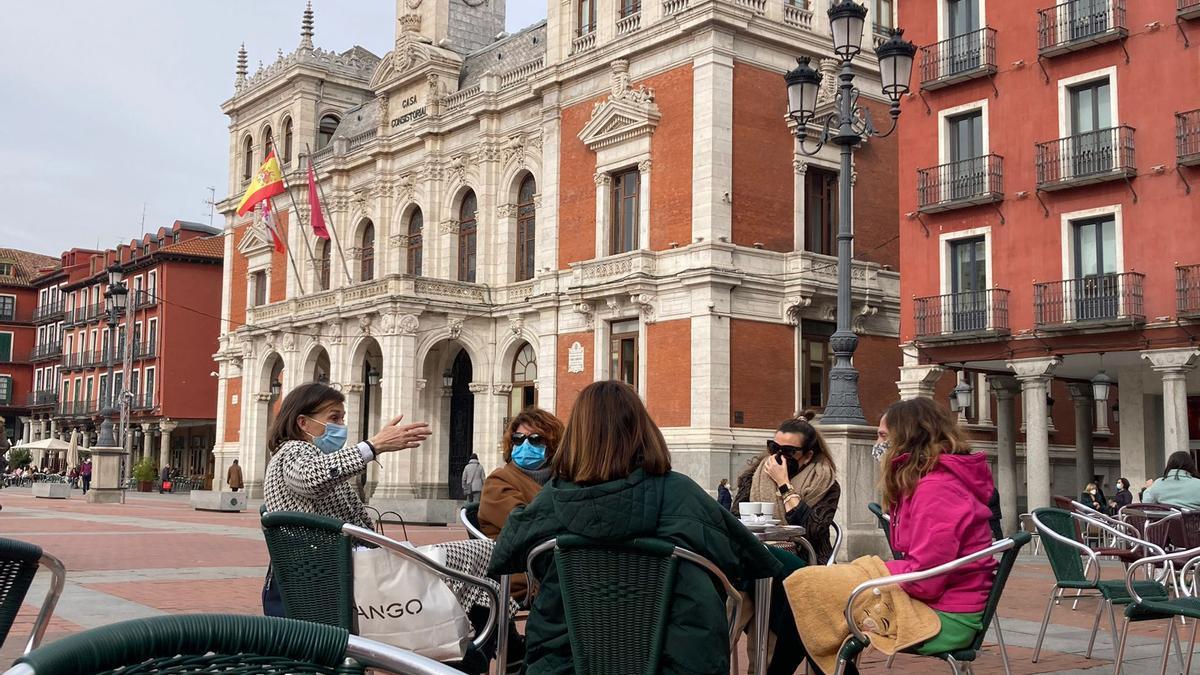 Un grupo de mujeres toma un café en una terraza en Valladoloid.