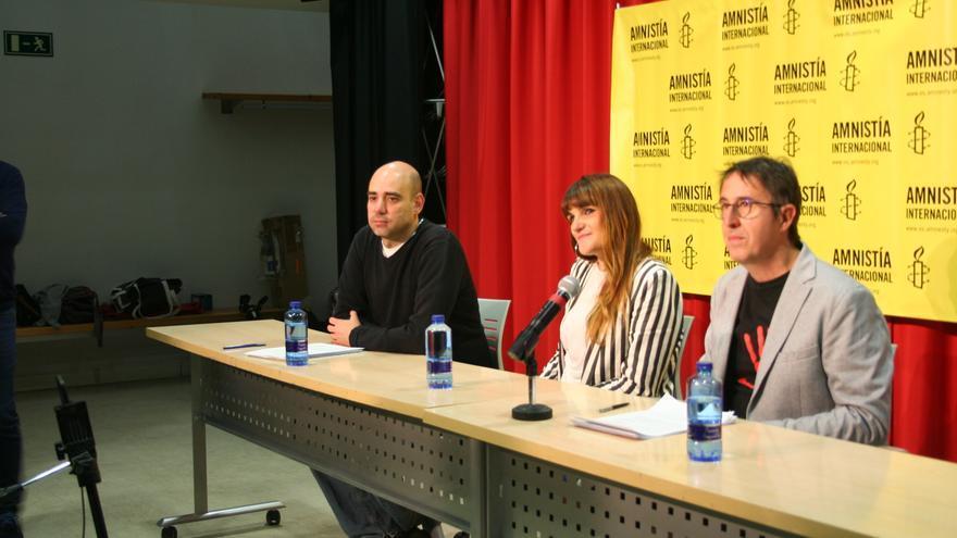 Carlos de las Heras, María Rozalén y Miguel Ángel Cuesta, de Amnistía Internacional Albacete
