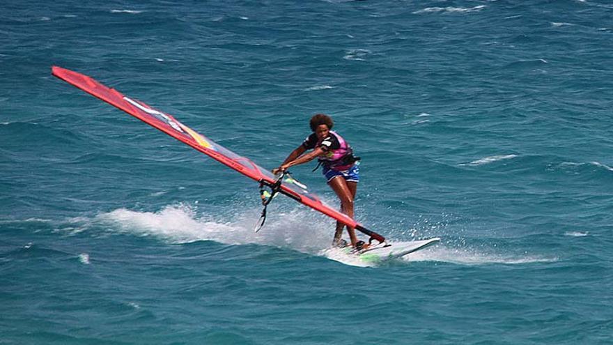 La dueña del título de reina del 'freestyle' desde hace siete años, la arubeña Sarah-Quita Offringa. Campeonato del Mundo de Windsurfing de Fuerteventura.
