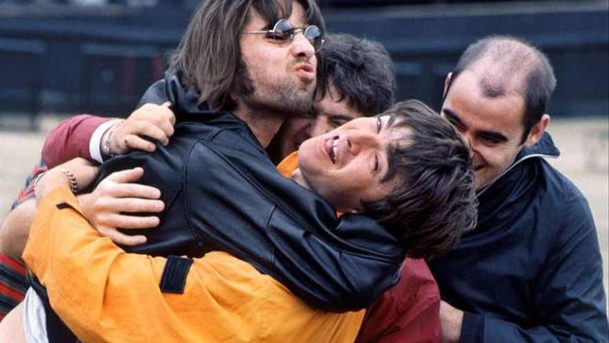 Abrazo entre Liam y Noel Gallagher