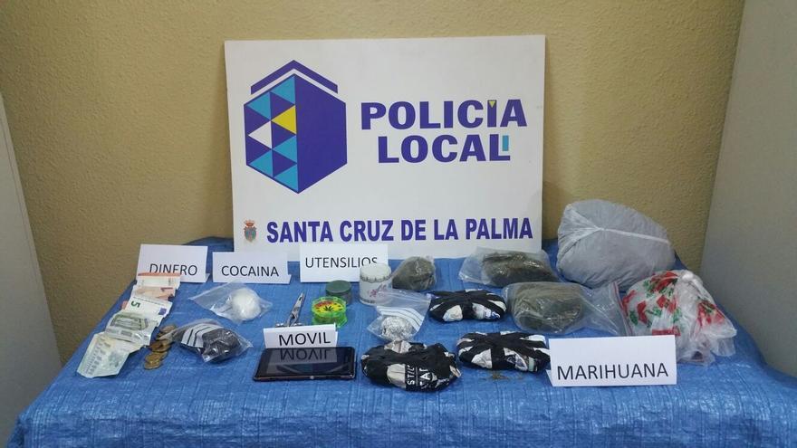 En la imagen, droga y objetos incautados al detenido.