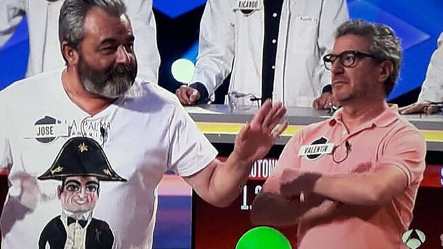 José Pinto con una camiseta del 'Biscuit' en televisión.