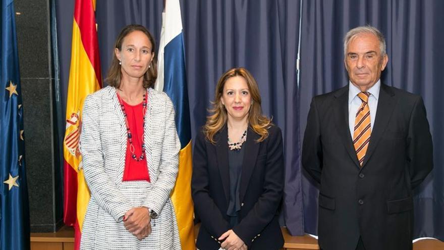 De iquierda a derecha: Cristina Hernández Carnicer, Rosa Dávila y Juan Jesús Ayala Hernández, director del Instituto Canario de Estadística (Istac).