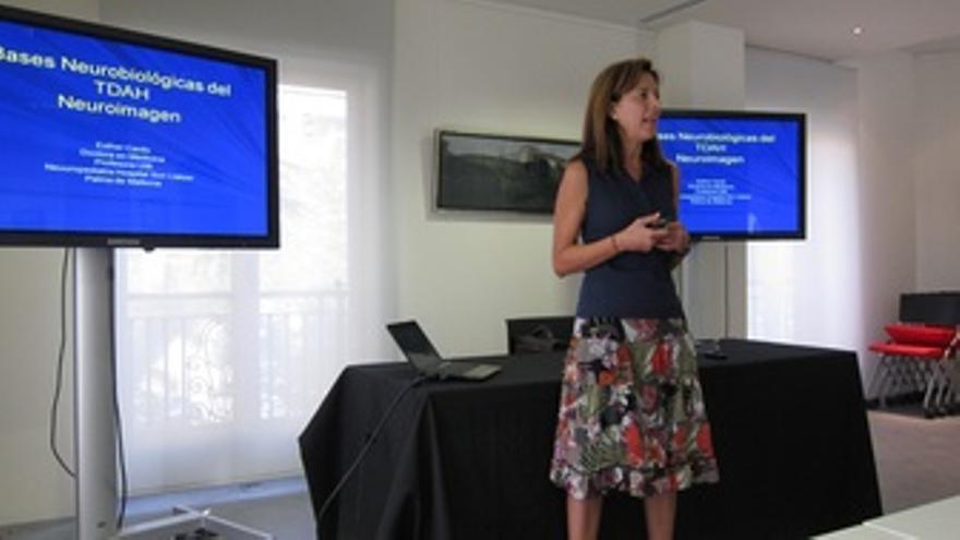 La Especialista Esther Carbó Durante El Taller De TDAH En La Fundación Pons
