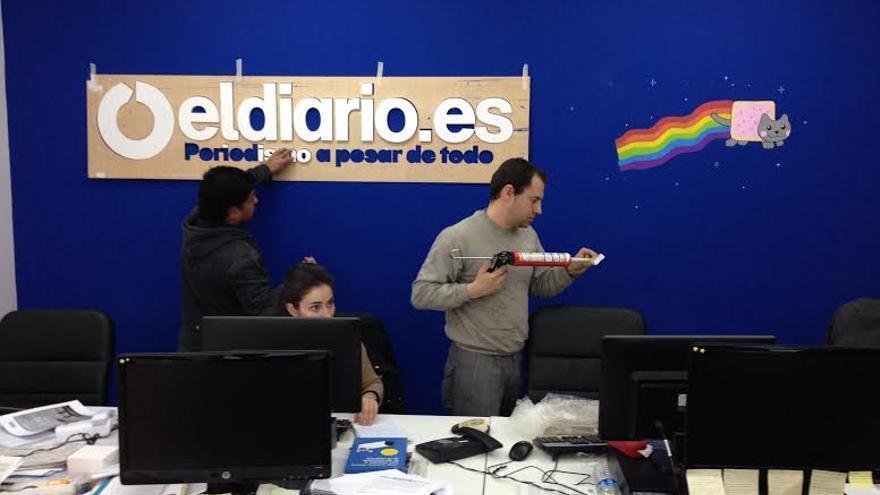 Instalación del logo de eldiario.es en la pared de la redacción (14 de marzo de 2013)