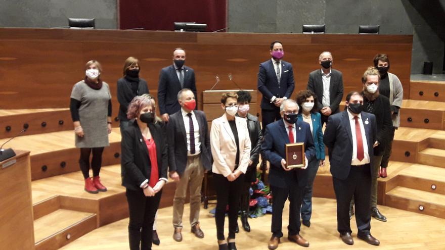 Luis Sabalza, presidente de Osasuna, con la Medalla de Oro del Parlamento de Navarra, entre la presidenta del Gobierno de Navarra, María Chivite, y el presidente del Parlamento foral, Unai Hualde.