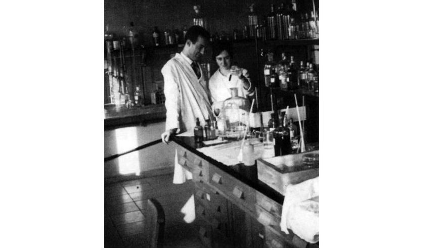 """Margarita Salas y su marido, el científico Eladio Viñuela, en el Centro de Investigaciones Biológicas de Madrid en 1962, justo antes de dejar España e irse a EEUU ante lo que describían como un """"páramo científico""""."""