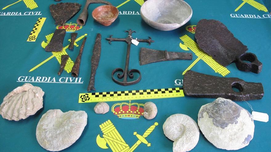 La Guardia Civil incauta 25 piezas fósiles y metálicas de la época romana en Guadalajara