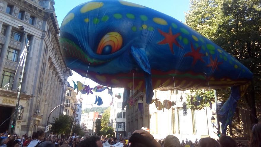 Miles de personas siguen tradicional el Desfile de la Ballena por la Gran Vía de Bilbao