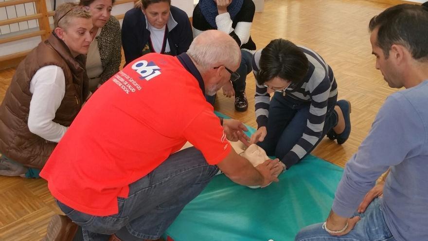 Profesionales del 061 forman a profesores de educación especial en uso de desfibriladores y primeros auxilios