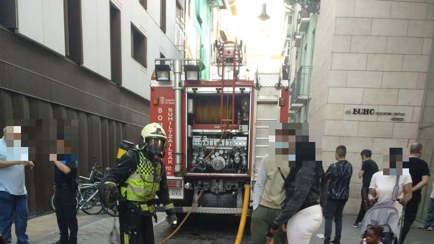 Efectivos de bomberos en el lugar del incendio en la calle Eslava del Casco Viejo de Pamplona