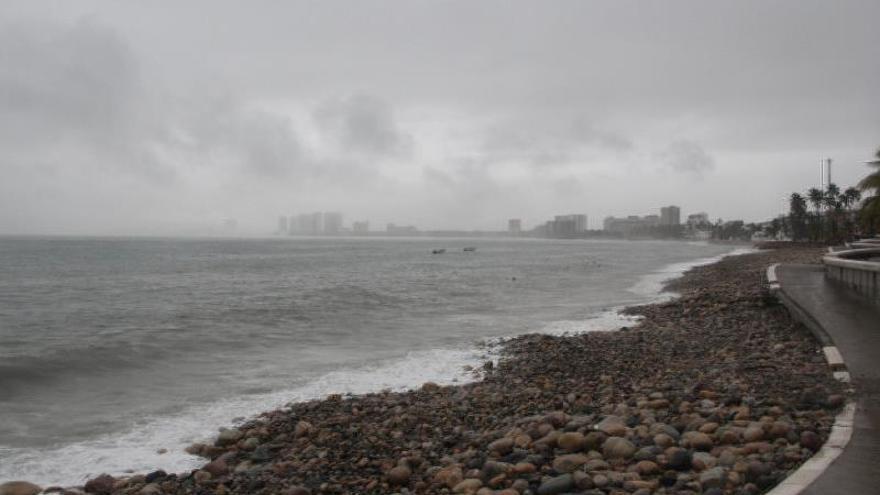 El huracán Lorena toca tierra en el oeste de México causando fuertes lluvias